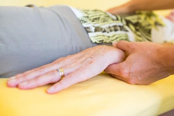 Bei einer BodyTalk Balance wird über Muskelbiofeedback am Handgelenkt mit dem Körper kommuniziert