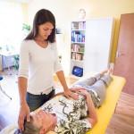BodyTalk Balance: Durch sanftes Tippen der Fingerspitzen am Kopf erhält das Gehirn den Impuls für Vernetzungen